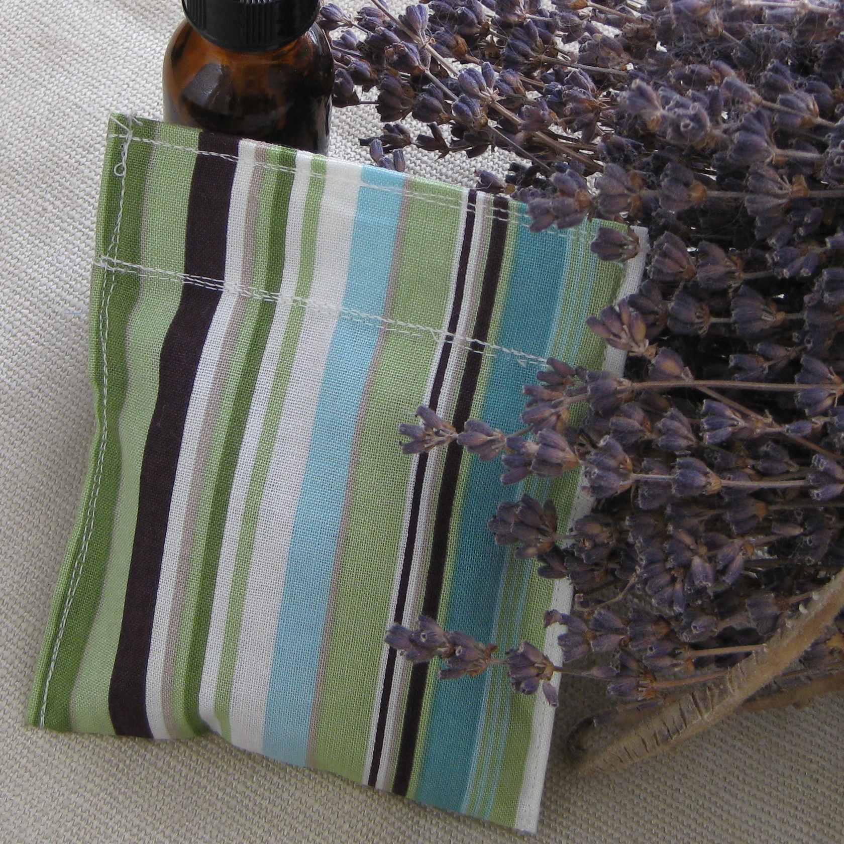 DIY reusable AND refillable herbal dryer sachets from katienormalgirl.com | #DIY #natural #home